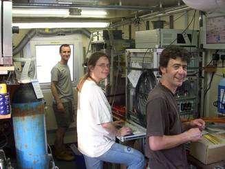 Ute Schuster, entourée de Pete Brown et Gareth Lee, en plein travail de mesure du de la quantité de carbone dissous dans l'Atlantique nord, à bord du navire océanographique Charles Darwin (aujourd'hui retiré du service) © UEA