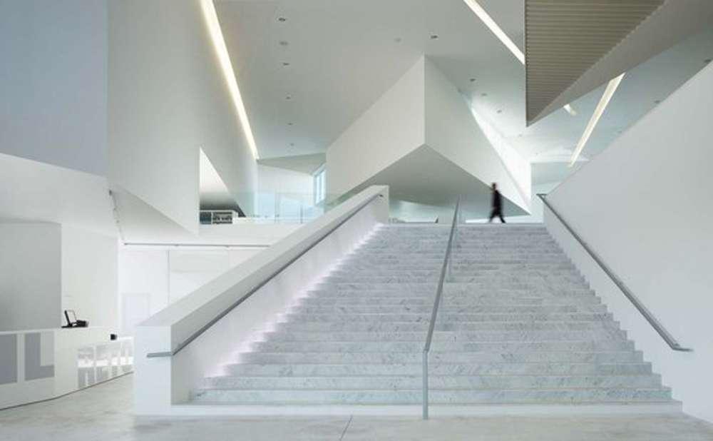 Faux-plafond en volumes libres à la géométrie dynamique, réalisé en plaques de plâtre. Médiathèque d'Anzin. © Dunod - Tous droits réservés