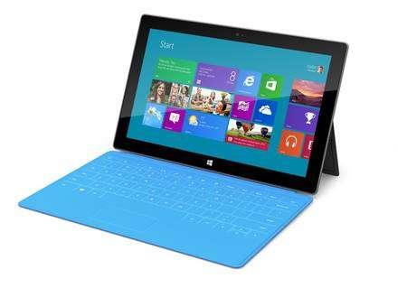 Preuve que Microsoft s'engage profondément dans la voie des tablettes avec Windows 8, il en commercialise une sous son nom, ce qu'il n'avait jamais fait avec un PC. Il s'agit d'une tablette à écran 10,6 pouces baptisée Surface. © Microsoft