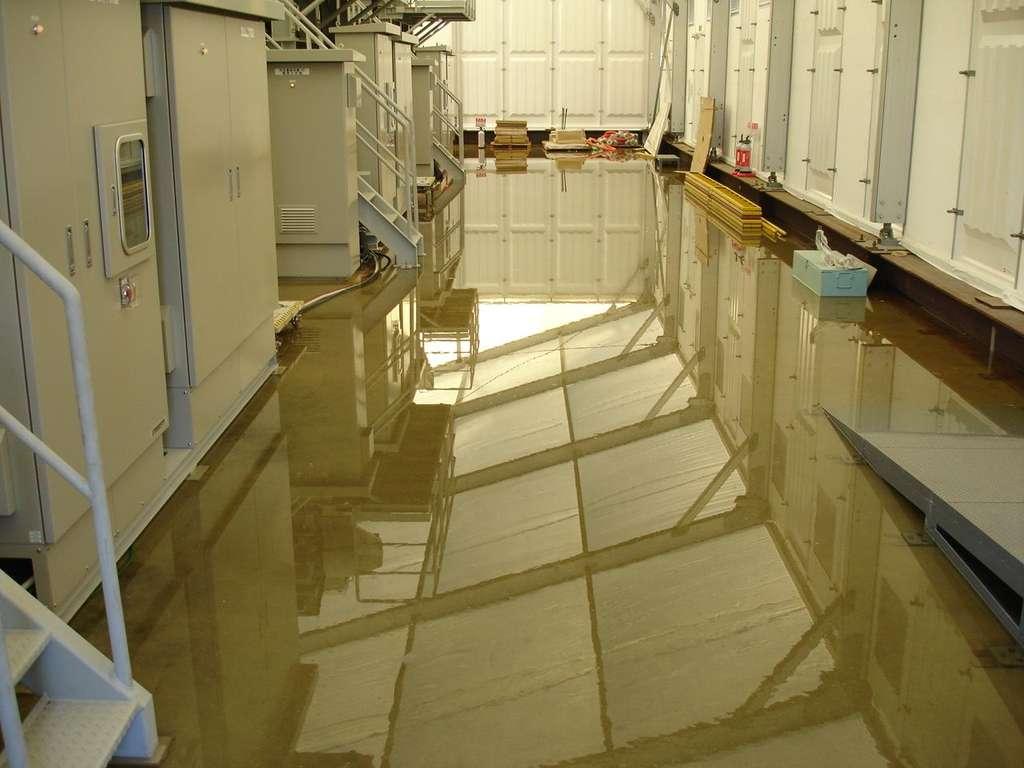 La fuite d'eau chargée d'éléments radioactifs découverte dans une salle de condensation de la centrale de Fukushima. © TepCo