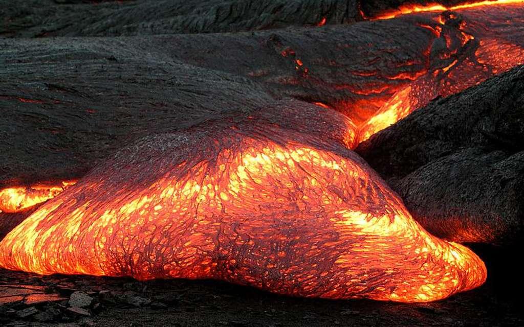 Coulée de lave fluide (pãhoehoe) en bord de mer au Kilauea, à Hawaï. © Ike395, DP