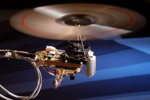 Pesant 100 grammes, Octave est un hélicoptère captif doté de vision. Son œil ventral observe le relief grâce à un neurone électronique détecteur de mouvement dérivé de la mouche. © H. Raguet/CNRS Photothèque