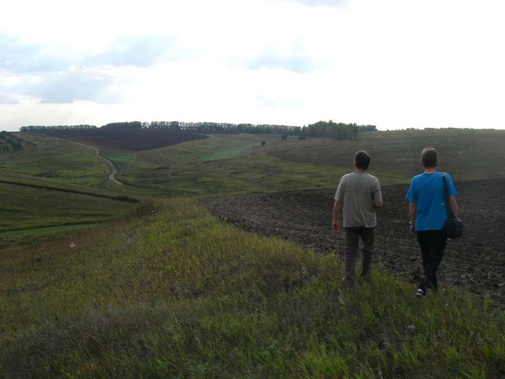 Le travail du sol conduit à la redistribution de la matière au sein des parcelles agricoles, ainsi qu'à la formation de talus en bordure de parcelle (vue prise dans l'ouest de la Russie). © O. Evrard