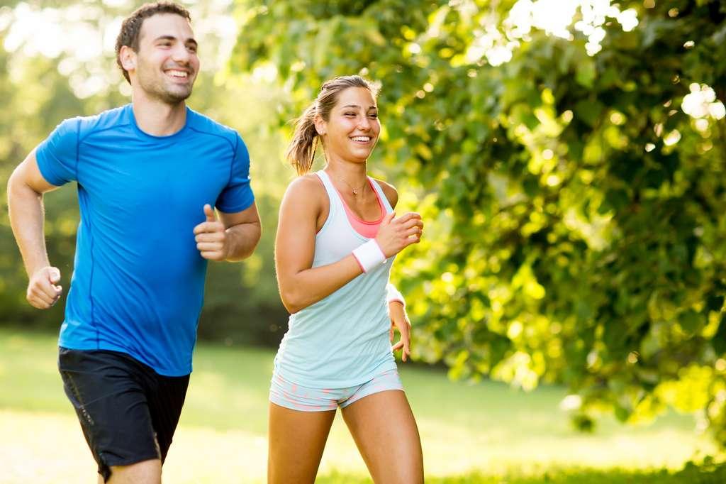 Le sport stimule la sécrétion d'endorphines qui suppriment la douleur. Mais pratiqué à outrance, il entraîne une addiction semblable à celle ressentie par les opiacées. © Boggy, Fotolia
