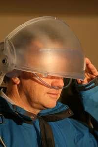 La maquette du Virtual Cocoon, avec un écran (ici factice) et un tuyau pour inspirer des odeurs... © EPSRC