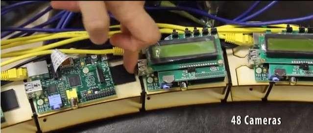 Chacun des 48 modules disposés sur le support circulaire se compose d'un PC Raspberry Pi relié à un afficheur LCD et à un capteur photo de cinq mégapixels. Le tout est branché en réseau et contrôlé par des scripts rédigés en Python. Le professeur Robinson indique que le coût total de l'installation est inférieur à 3.600 euros. Il s'agit là d'une alternative nettement moins onéreuse que la technique de bullet time employée par les grands studios de cinéma, qui nécessite l'usage de plusieurs dizaines d'appareils photo numériques professionnels. © Andrew Robinson, PiFace
