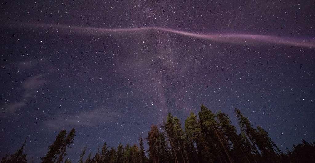 Le phénomène Steve, photographié — ici au Canada (Kakwa, Alberta) le 29 juillet 2016 — par des chasseurs d'aurores boréales, intriguait les chercheurs. Ils ont peut-être aujourd'hui démêlé le mystère grâce aux données de la mission Swarm. © Catalin Tapardel, Alberta Aurora Chasers, via Facebook