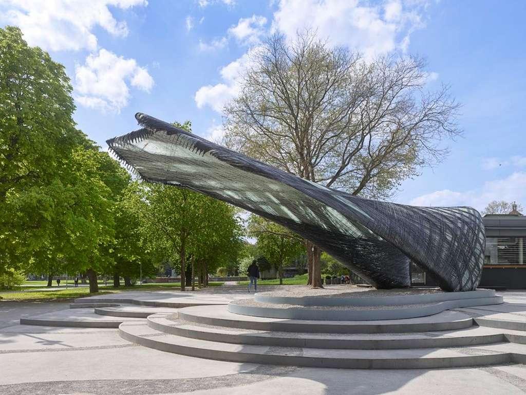 Ce pavillon a été tissé par des robots à l'aide d'un seul fil composite en verre et fibre de carbone. © Roland Halbe