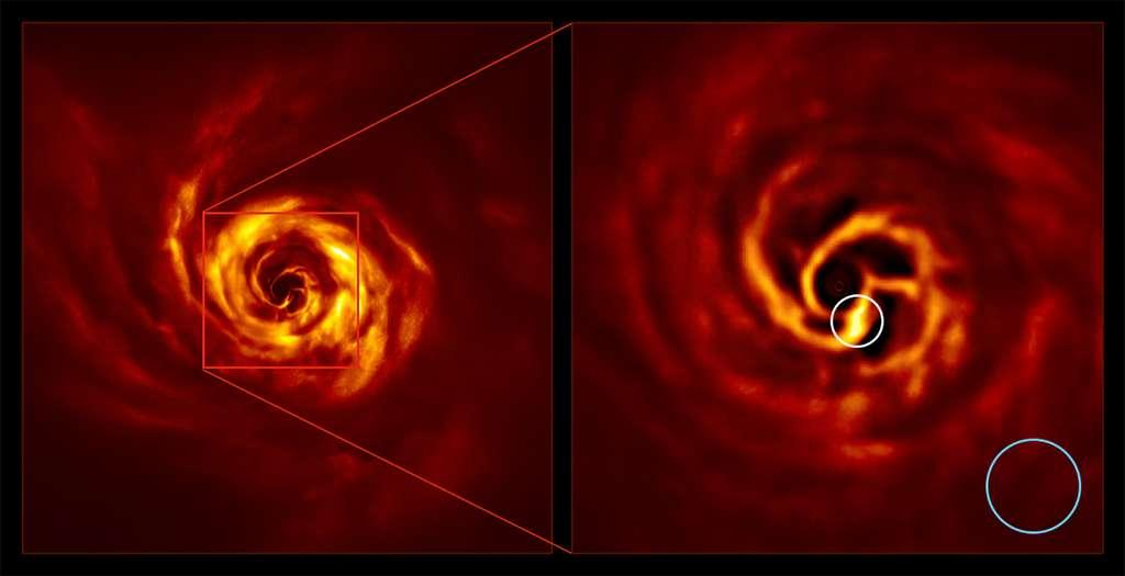 Images du système AB Aurigae montrant le disque qui l'entoure. L'image de droite est une version agrandie de la zone indiquée par un carré rouge sur l'image de gauche. Elle montre la région interne du disque, y compris la « torsion » jaune très brillant (entourée de blanc) qui, selon les scientifiques, marque l'endroit où une planète est en train de se former. Cette torsion se trouve à peu près à la même distance de l'étoile Aurigae AB que Neptune du Soleil. Le cercle bleu représente la taille de l'orbite de Neptune. © ESO / Boccaletti et al.