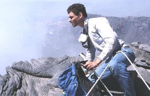 Jacques-Marie Bardintzeff au bord du cratère actif de l'Erta Ale en janvier 2003. © J.-M. Bardintzeff, reproduction et utilisation interdites
