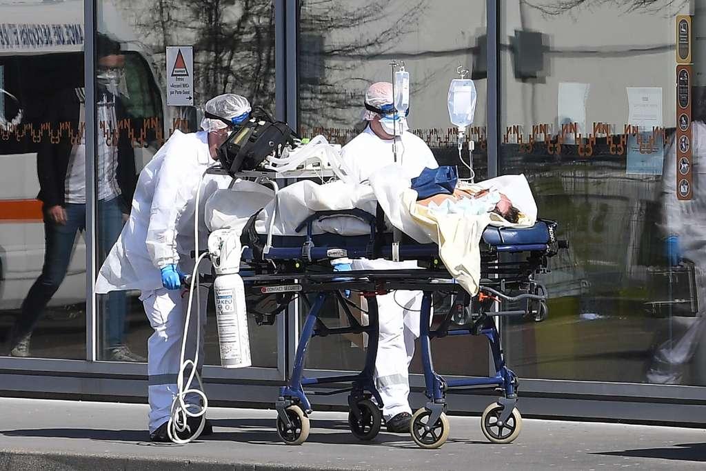 Des périodes de confinement par intermittence seraient la réponse pour éviter l'engorgement des hôpitaux aux États-Unis. © Patrick Hertzog, AFP