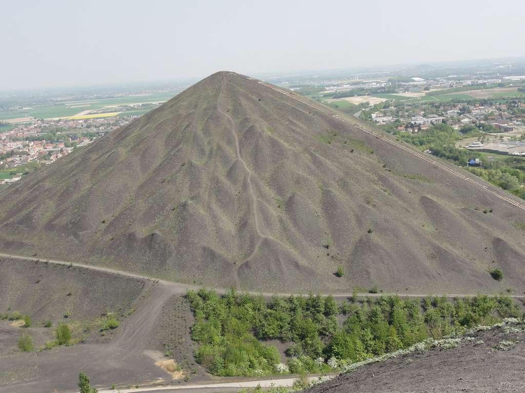 Un terril est formé de résidus des mines, le plus souvent de charbon. © Jérémy-Günther-Heinz Jähnick, Wikipedia