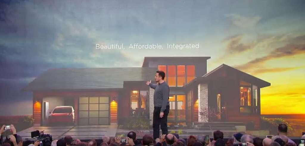 Elon Musk présentant le toit solaire et la batterie Powerwall 2 le 28 octobre 2016. © Tesla