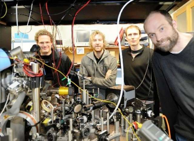 De gauche à droite Tzahi Grünzweig, Matt McGovern, Andrew Hilliard et le chef de l'équipe, Mikkel Andersen, devant l'équipement laser qu'ils utilisent pour piéger des atomes neutres. © Stephen Jaquiery
