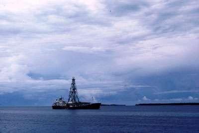 Le navire de forage océanographique Glomar Challenger dans les atolls de Micronésise. © Patrick De Wever DR