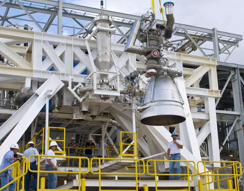Un moteur AJ-26 sur un banc test du Centre spatial Stennis de la Nasa. Deux moteurs propulseront le premier étage du Taurus II, le lanceur à deux étages utilisés pour lancer le cargo spatial Cygnus. © Centre spatial Stennis