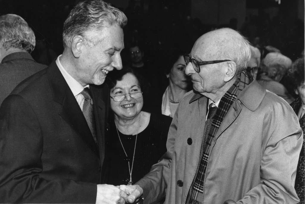 Philippe Descola (à gauche) salue Claude Lévi-Strauss, en compagnie de Françoise Héritier. © Collège de France
