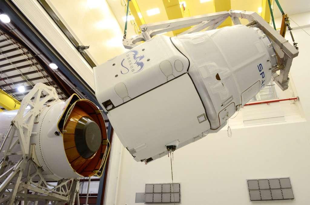 Installation de la capsule Dragon (à droite) sur l'étage supérieur (le deuxième) du lanceur Falcon 9. © SpaceX