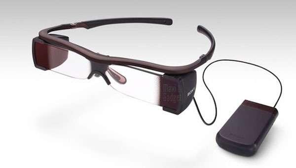 Les lunettes à afficheur de Sony, avec leur boîtier récepteur, réalisées en partenariat avec Regal Entertainment Group (exploitant de salles de cinéma aux États-Unis). Elles commencent à apparaître en France chez Gaumont et Pathé. © Sony