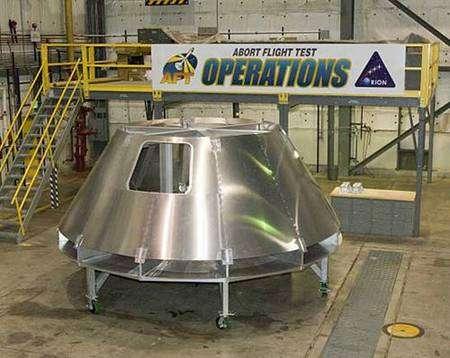 La maquette d'Orion dans le hangar qui accueille les actuelles navettes au centre spatial Dryden de la Nasa. Crédit : Nasa Dryden Flight Research Center