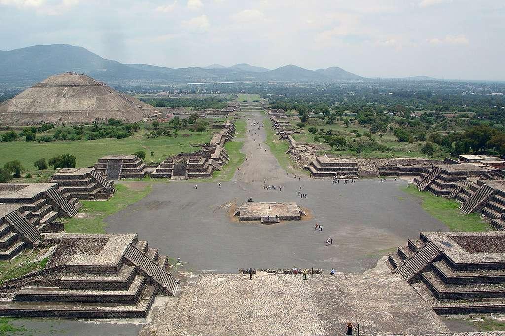 On trouve deux pyramides principales à Teotihuacán, l'un des sites historiques les plus fabuleux du Mexique. À gauche, la pyramide du Soleil. Au centre, l'allée des Morts. Le tout est vu depuis la pyramide de la Lune. © Jackhynes, Wikimedia Commons, DP