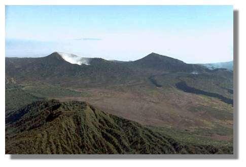 Partie est de la caldera : au fond au-delà des coulées de 1988-1989 on aperçoit celles de 1986 © IRD/Pierre Evin.