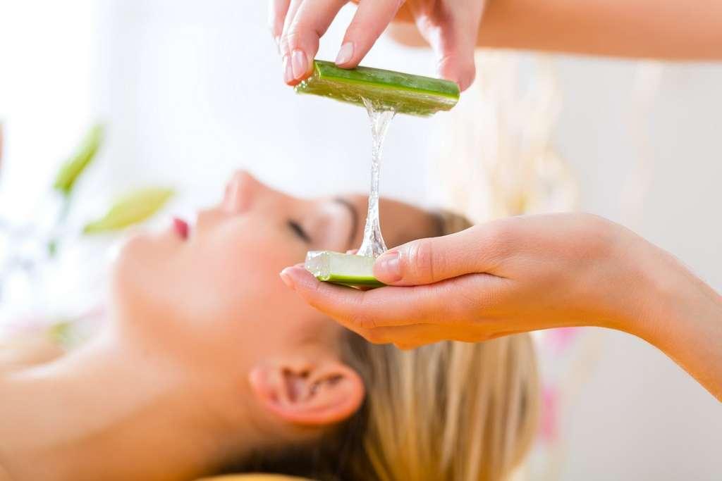 Le gel d'aloe vera est utilisé sur la peau, comme ici sur le visage. © Kzenon, Shutterstock