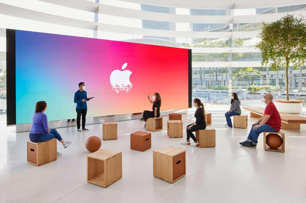 Un immense écran géant sert de scène à des artistes locaux et propose des ateliers de formation. © Apple