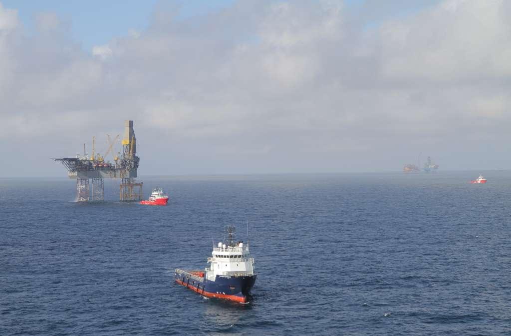Le 18 avril 2012, des navires d'assistance s'approchent du rig de forage Rowan Gorilla V (la plateforme flottante à gauche de l'image), positionné sur le champ de West Franklin, à quelques kilomètres du champ Elgin. © Total E&P UK Ltd