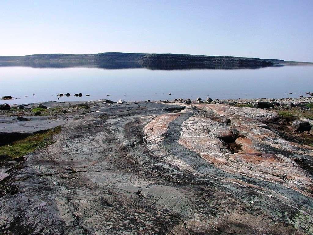 Une photographie d'un affleurement de roches métamorphiques à Porpoise Cove, de la ceinture supracrustale du Nuvvuagittuq (Canada). Certaines de ces roches ont un rapport Sm/Nd indiquant un âge de plus de 4,0 Ga. Elles feraient donc partie, peut-être, des plus anciennes roches sur Terre. © Nasa Astrobiology Institute