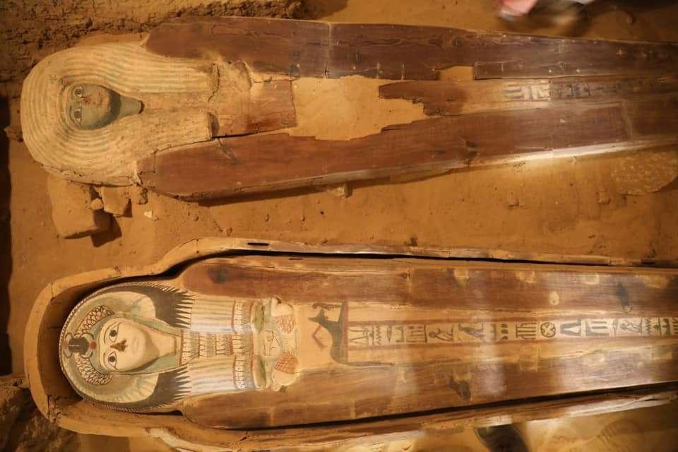 Le tombeau contenait également des sarcophages en bois colorés datant de la Basse époque égyptienne. © Egyptian Ministry of Antiquities