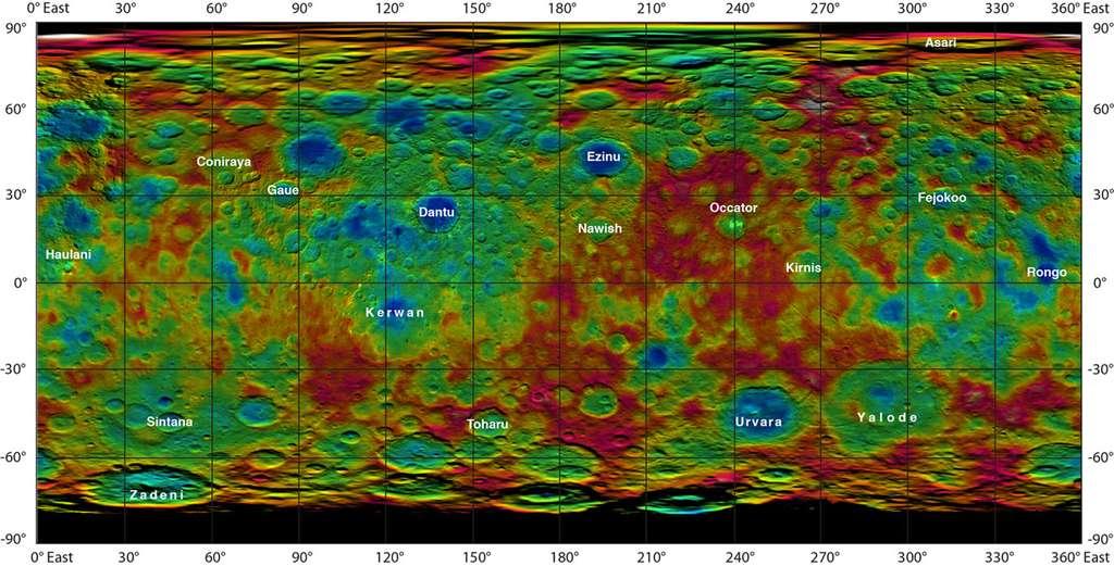 Carte de la planète naine Cérès. Les noms donnés aux formations géologiques remarquables ont été acceptés par l'UAI. Les régions teintées en rouge et orange sont plus élevées que celles en rouge et vert. La célèbre double tache brillante figure dans le cratère Occator (90 km) à environ 20° de la titube Nord et 240° de longitude Est. © Nasa, JPL-Caltech, UCLA, MPS, DLR, IDA