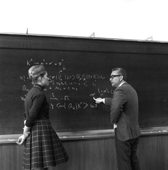 La théoricienne Mary Gaillard en discussion avec le prix Nobel de physique Murray Gell-Mann en 1972. © Cern PhotoLab