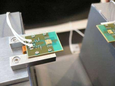 Le prototype de l'émetteur à micro-ondes (à gauche). On distingue le circuit lui-même (le carré jaunâtre) et, à sa droite, l'antenne, gravée sur le socle. A droite de l'image, le récepteur. © Sony / Nikkei Electronics