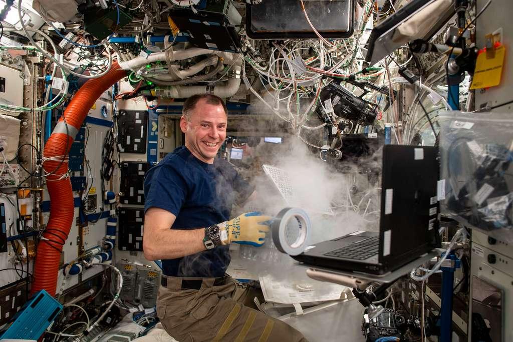 L'astronaute Nick Hague réalisant une expérience à bord de l'ISS. © Nasa