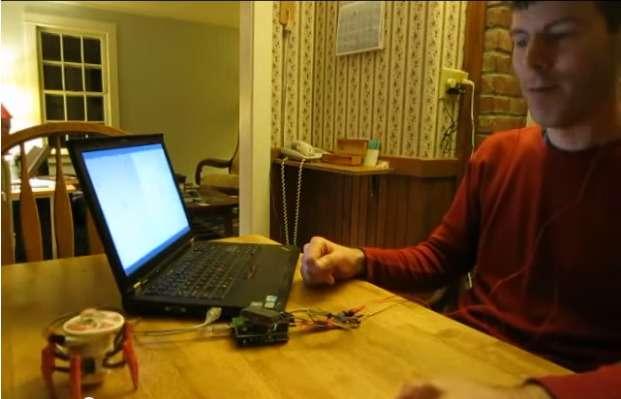 Sur cette image extraite d'une vidéo de démonstration, Chip Audette, un ingénieur associé au projet OpenBCI, pilote un robot-araignée à l'aide du kit EEG OpenBCI. Entièrement open source, cette plateforme peut se prêter à la création de toutes sortes d'interfaces pour contrôler des logiciels, des jeux vidéo, de la robotique ou des gadgets électroniques. © Chip Audette