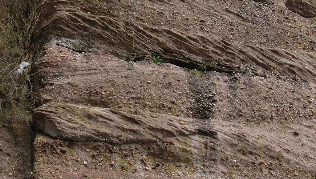 Lamines obliques observées dans les grès des Vosges au Mont Saint-Odile. © Lithothèque d'Alsace