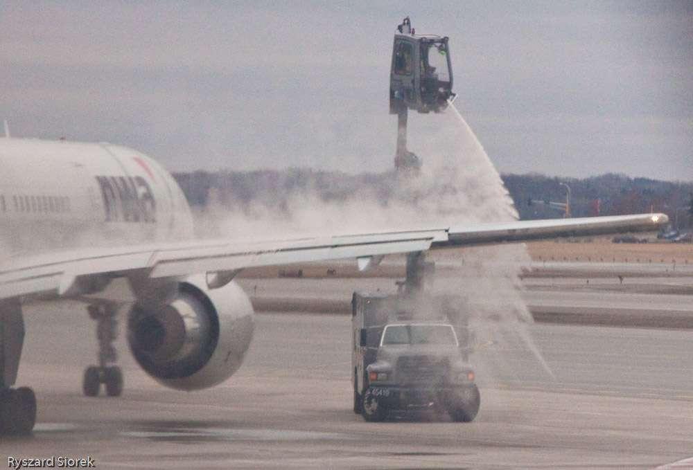 L'hiver, les avions de ligne doivent souvent être dégivrés peu avant le décollage (il arrive même qu'ils doivent y retourner lorsque l'appareil n'a pas pu décoller assez vite…). Coûteux et polluant, le procédé mérite d'être amélioré, par exemple avec des produits dégivrants moins nocifs. Mais si les avions devenaient insensibles au givrage, ce serait encore mieux ! © Richard Siorek, Flickr, Licence Creative Commons (by-nc-sa 2.0)