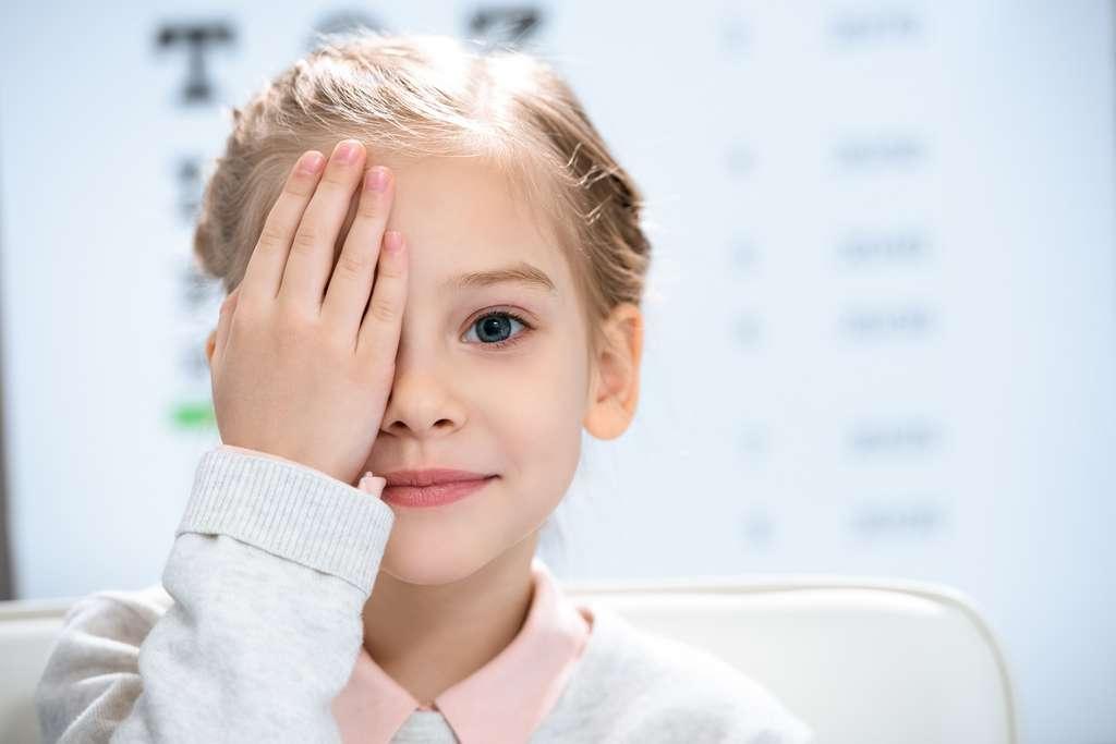 L'orthoptiste doit avoir un bon relationnel car il travaille beaucoup avec les enfants atteints de strabisme ou de légers troubles de la vision. © LIGHTFIELD STUDIOS, Adobe Stock.