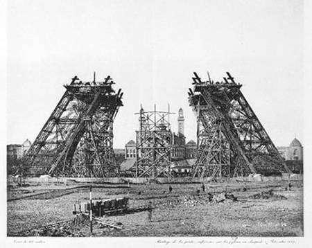 Montage de la partie inférieure sur les pylones en charpente (7 décembre 1887) © Atlas Photo, PL.4 © BNF