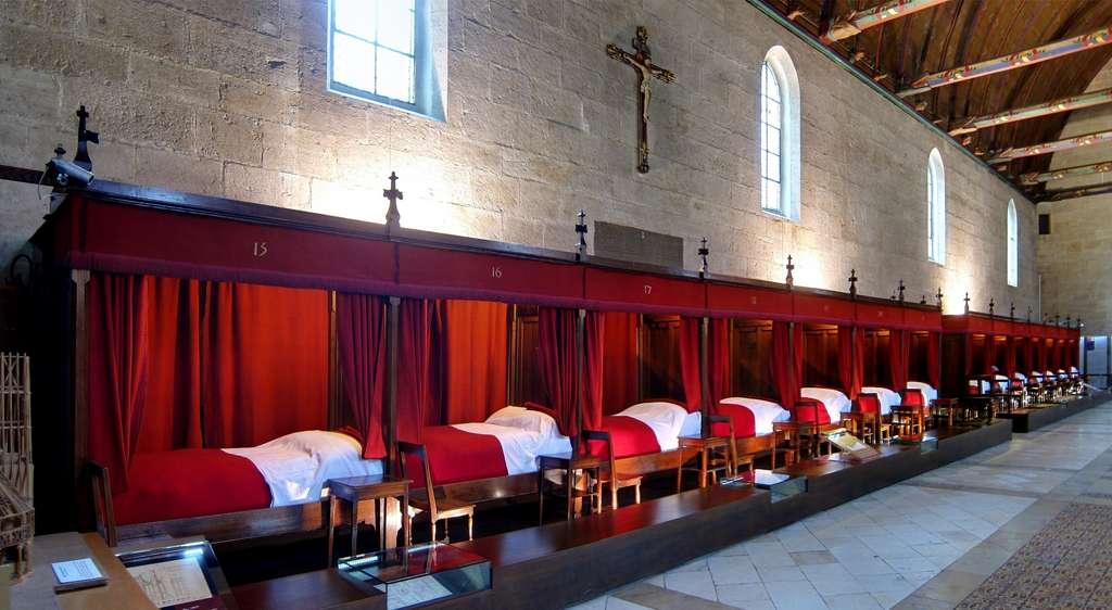 Hôtel-Dieu ou Hospices de Beaune, grande salle des « pôvres ». Beaune, Bourgogne. © Wikimedia Commons, domaine public