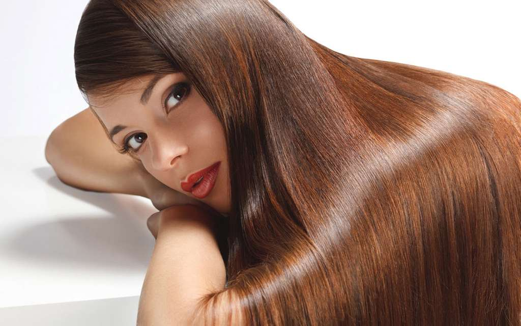 Le défrisage et le lissage des cheveux peuvent aussi influer sur leur chute. © Domaine public