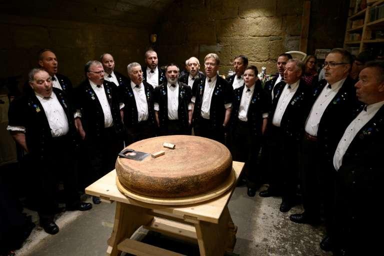 Un jury d'experts s'est réuni le 16 mars dernier à Berthoud pour déterminer si les meules d'Emmental avaient un goût différent selon la musique à laquelle elles avaient été exposées. © Fabrice Coffrini, AFP