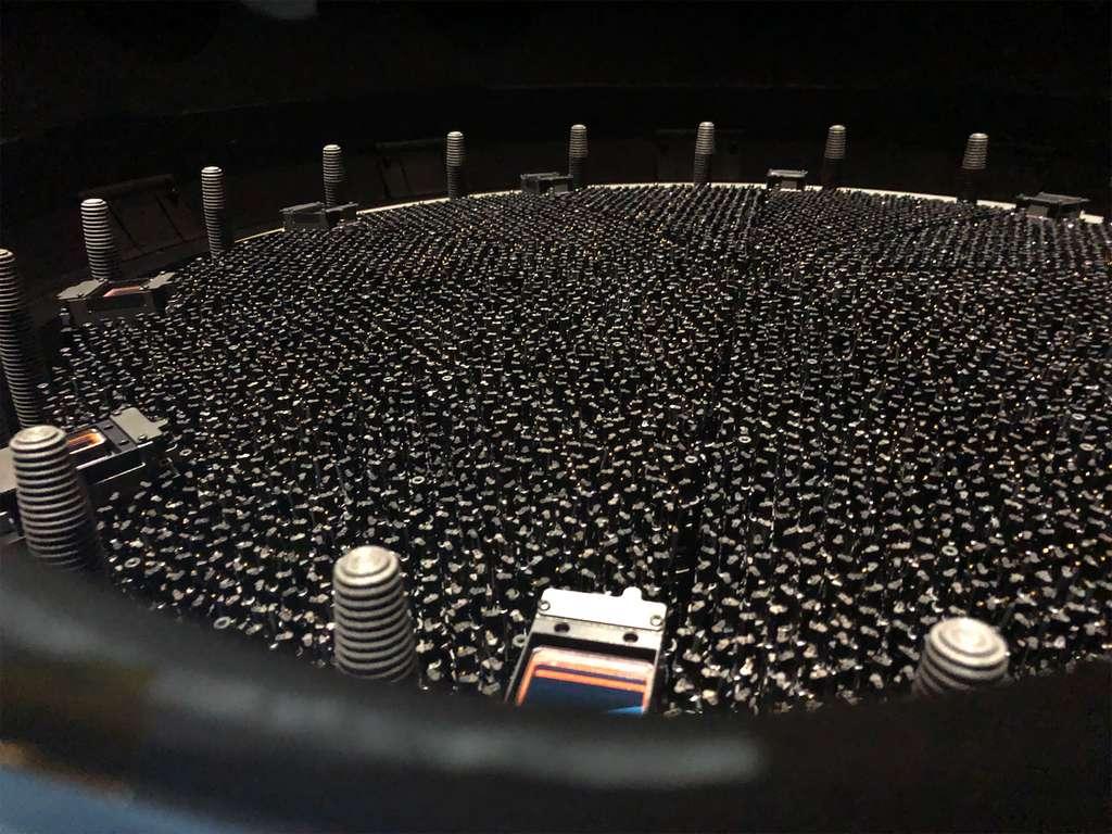 Equipé de 5.000 petits robots disposant chacun d'une fibre optique, Desi est en mesure de pointer automatiquement vers une liste précise de galaxies et de quasars préalablement sélectionnés pour en détecter la lumière et ainsi mesurer leur distance à la Terre. © LBL, Desi Science team