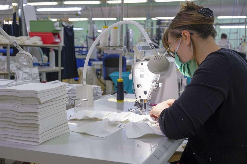 Verrait-on la revanche des industries textiles françaises ? Fin mai, le pays produira 20 millions de masques chirurgicaux et FFP2 et 50 millions en octobre. © Dominique Vernier, Adobe stock
