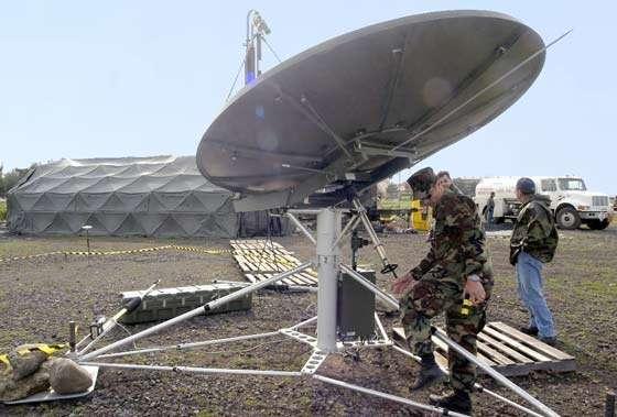 Le département américain de la Défense exige que les antennes tactiques soient légères, sécurisées, capables de fonctionner en réseau, multi-bandes, versatiles (multi-missions), équipées de moyens anti-brouillage et offrant la possibilité de transmettre la voix, les images et des données. Installation d'une antenne satellite SHF USC-60A dans le cadre des opérations JMAST (Joint Mobile Ashore Support Terminal) de l'OTAN à Tbilisi. Reliée à l'infrastructure située à l'arrière plan, ce système est autonome et mobile. Il assure sur le terrain les fonctions de contrôle, de communication, informatique et de renseignement centralisés (C4I). Il assure également de manière sécurisée tout le traffic par Internet, téléphone, radio, télévision et les visioconférences ainsi que l'exige le MoD © Documents U.S.Navy et A.F. Link.