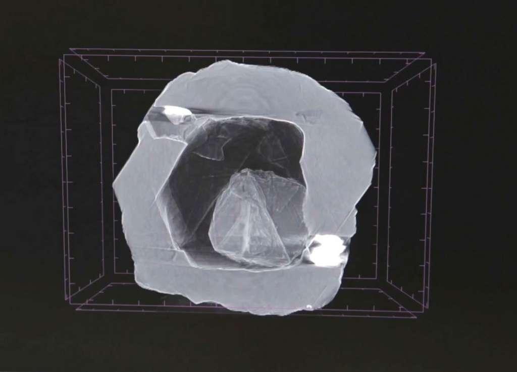Le diamant Matrioshka vu aux rayons X : le petit diamant de 4 mg se déplace librement à l'intérieur d'une cavité d'un autre diamant de 124 mg. © Alrosa