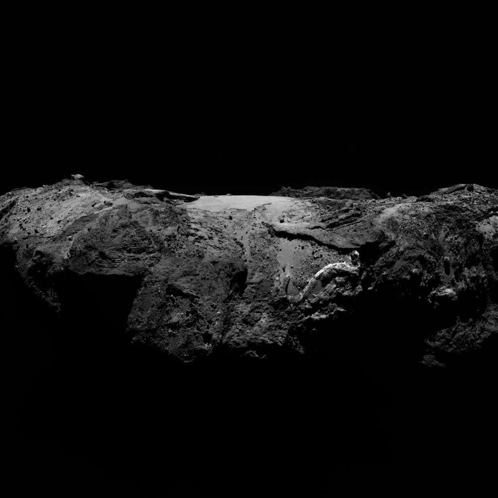 La région baptisée Imhotep, sur le plus grand lobe du noyau de Tchouri, vue ici de profil. Au centre, on peut distinguer le gros rocher Cheops comme posé au milieu d'une plaine relativement lisse. L'image a été prise le 2 janvier 2016 avec la caméra Osiris NAC (Narrow Angle Camera) de Rosetta à 86,8 km de la surface. Depuis décembre 2015, des « images du jour » d'Osiris sont publiées régulièrement. Retrouvez la galerie ici. © Esa, Rosetta, MPS for Osiris Team, UPD, LAM, IAA, SSO, INTA, UPM, DASP, IDA