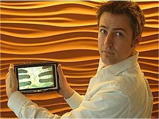 Patrick Baudisch, chercheur allemand et collaborateur de Microsoft Research, montre le prototype LucidTouch. © Patrick Baudisch