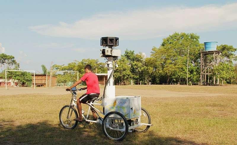 Un tricycle photographe se promène dans un village amérindien près de Manaus, en Amazonie. © Google